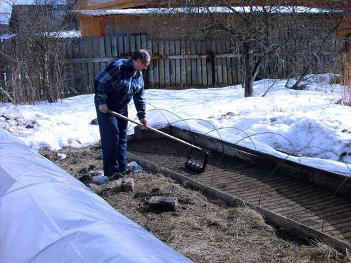 Работы в саду ранней весной в марте