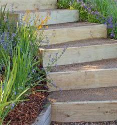 Простая террасная лестница на склоне дачи своими руками